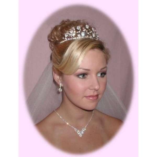coiffure de mariée ornée dun diadème simplicitÉ